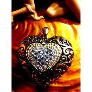 BEAUTIFUL~VINTAGE MAGNETIC HEART PENDANT